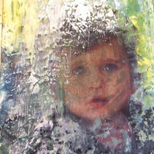 Noah derrière la fenêtre